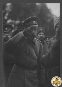 Фото:  Император Николай II пробует солдатскую кашу